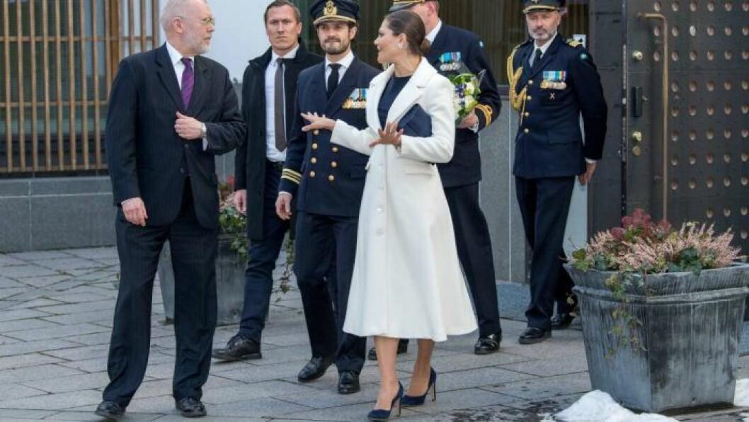 Victoria i vit kappa från Ida Sjöstedt.