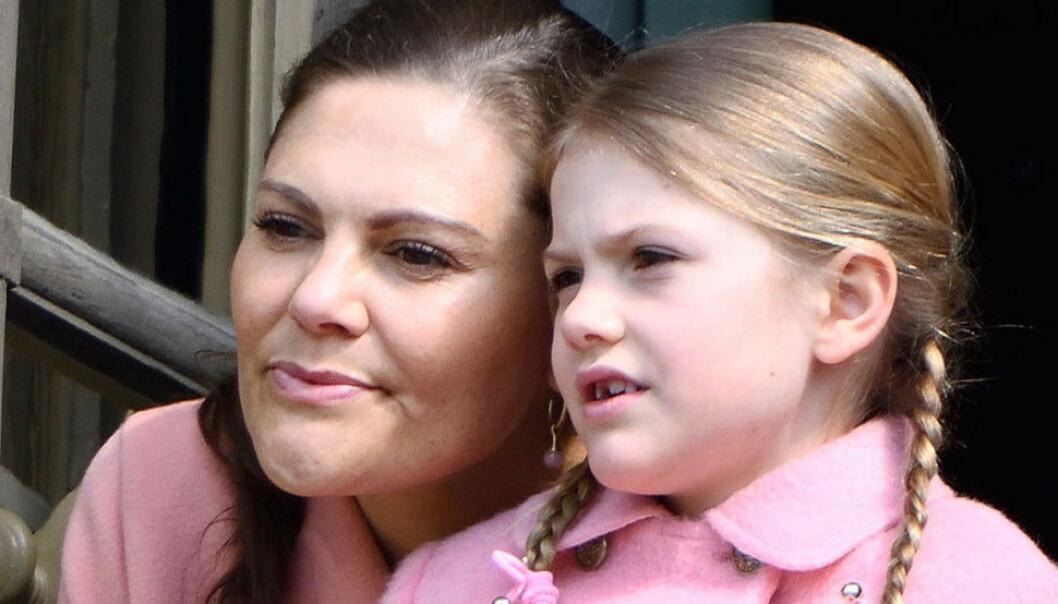 Victoria och Estelle i rosa kläder.