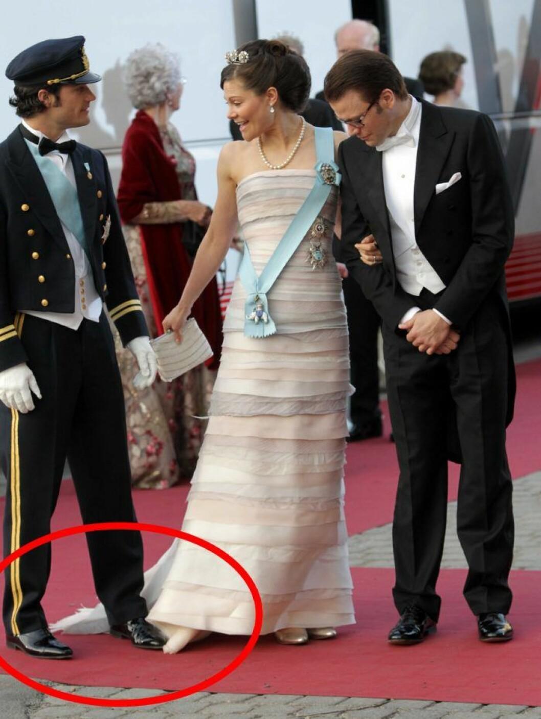 Prins Carl Philip kliver på kronprinsessan Victorias släp.