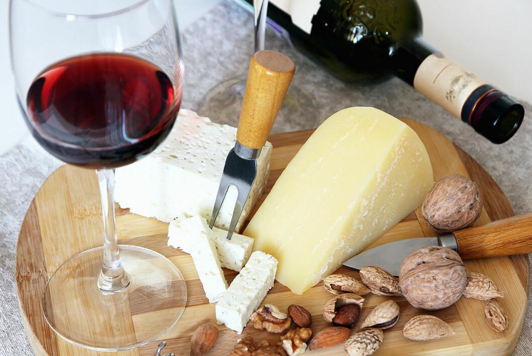 Ost och rött vin.