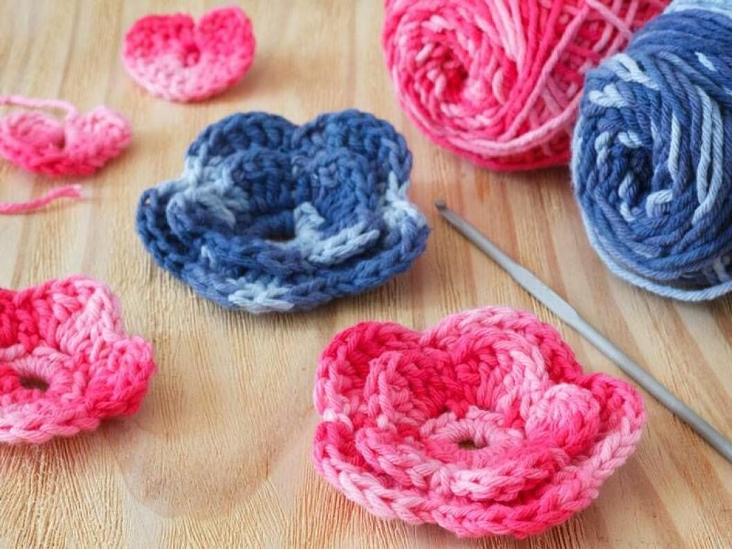 Virkade blommor av rosa och blått garn.