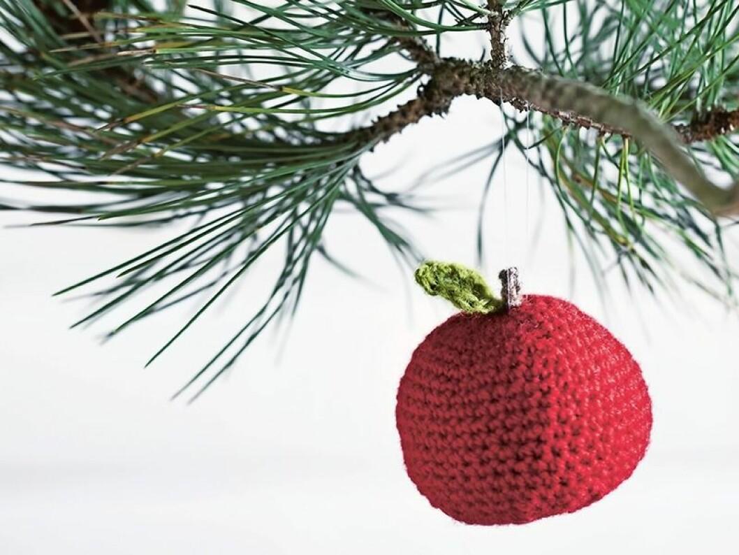 Virka ett fint äpple som julgranspyssel.