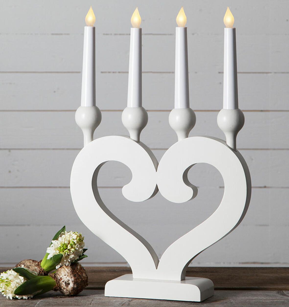 Vit adventssljusstake i form av ett hjärta.