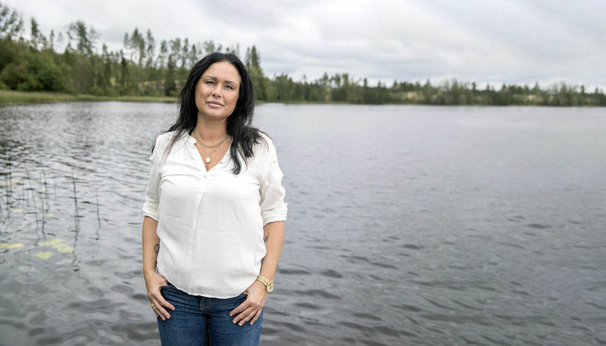 Carola, som drabbades av vulvacancer, står vid en sjö.