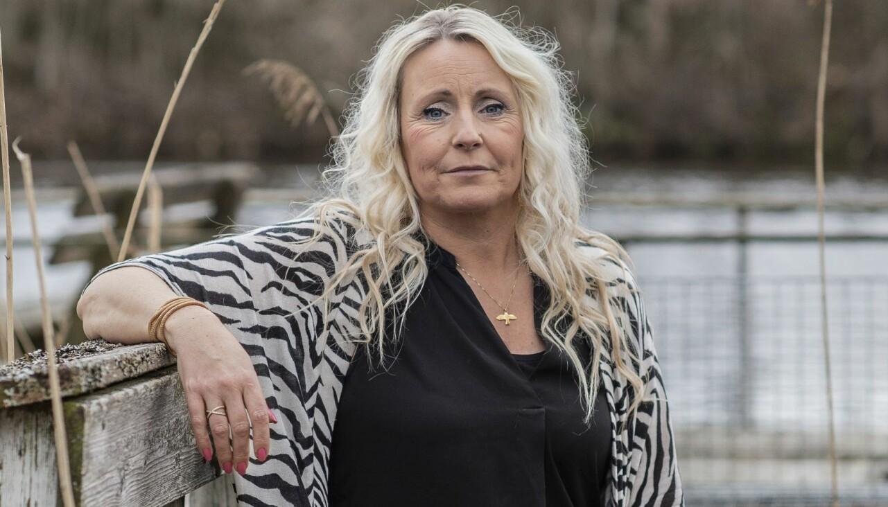 Zandra Ekberg, som drabbades av aortadissektion, sitter på en bänk bland vass och berättar sin historia.
