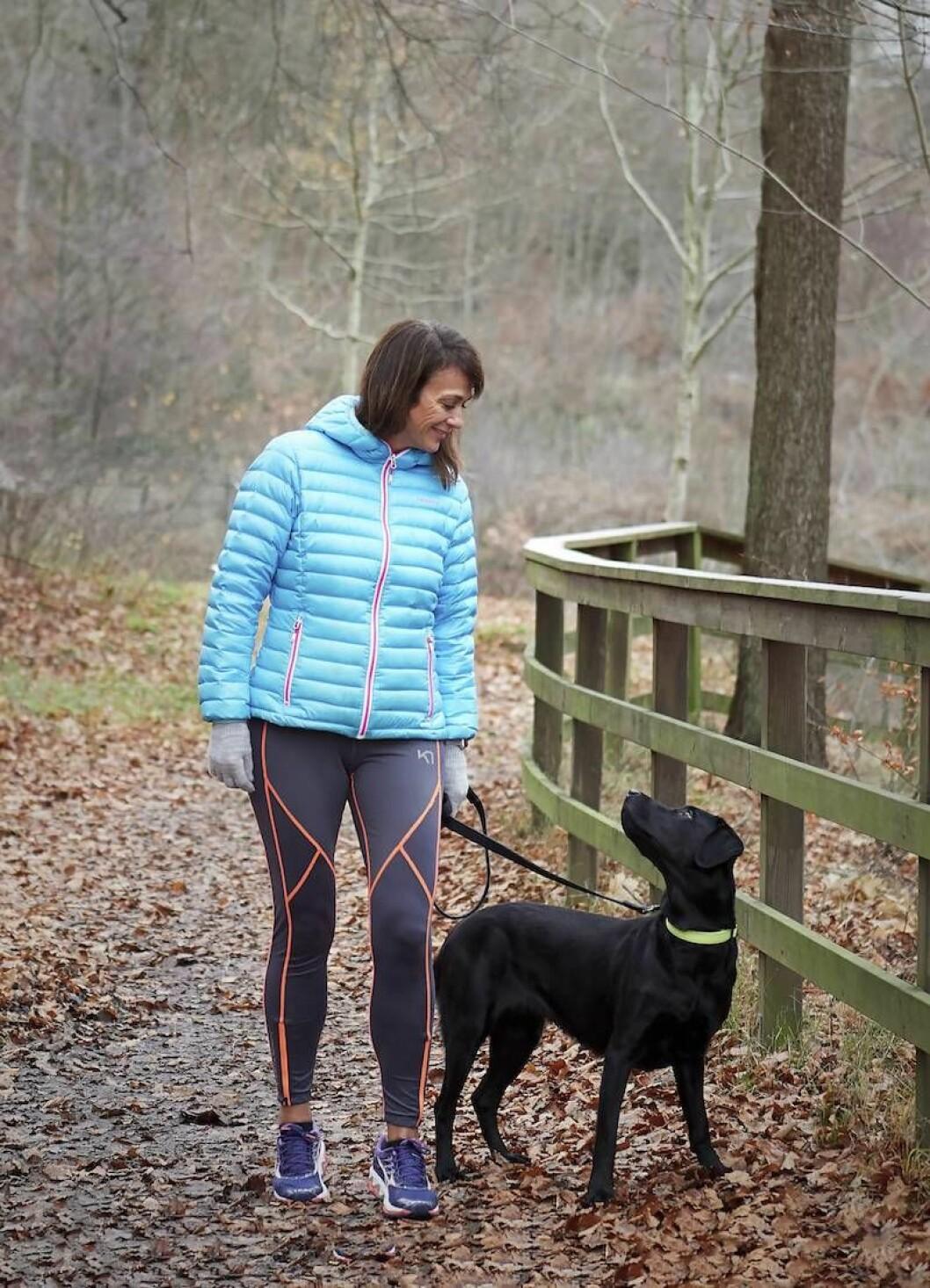 Alexandra Zazzi på promenad med sin hund